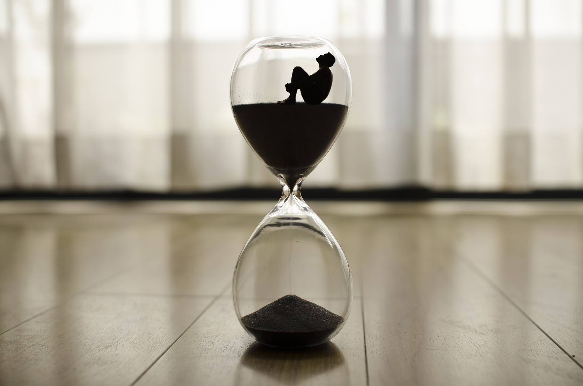 hourglass-life-goes-too-fast
